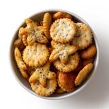 Os biscoitos cozidos da semente de papoila do partido no prato cerâmico branco isolaram o Imagens de Stock Royalty Free