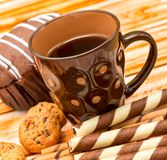 Os biscoitos da ruptura de café indicam cookies e bebida do Decaf imagem de stock royalty free