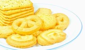 Os biscoitos de manteiga do leite no prato branco são isolado Fotografia de Stock