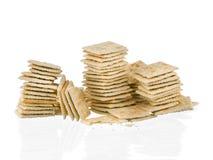 Os biscoitos de soda empilham a metade comidos isolados no fundo branco Imagens de Stock
