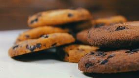 Os biscoitos do bolo dos pedaços de chocolate na tabela retardam a inclinação video estoque