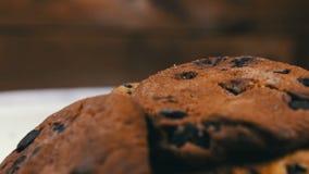 Os biscoitos do bolo dos pedaços de chocolate na tabela retardam a inclinação vídeos de arquivo