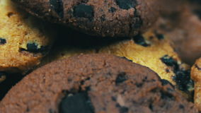 Os biscoitos do bolo dos pedaços de chocolate na tabela retardam a inclinação filme