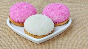 Os biscoitos do marshmallow com açúcar cor-de-rosa polvilham e shredded o coco Fotos de Stock