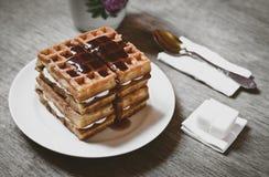 Os biscoitos do waffle com os cubos do doce e do açúcar fecham-se acima Imagem de Stock Royalty Free