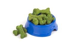 Os biscoitos para cães no osso formam, da alga, no fundo branco Imagem de Stock Royalty Free