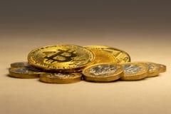 Os bitcoins do cryptocurrency e as moedas douradas na tabela - conceito de troca foto de stock