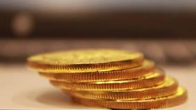 Os bitcoins dourados encontram-se em uma pilha, eles espalharam uma escada das moedas, um por um filme