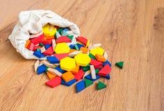 Os blocos coloridos de madeira derramaram fora do saco DOF raso Fotografia de Stock Royalty Free