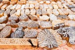 Os blocos de impressão de madeira dos selos entregam cinzelado por artesões no mercado de rua em Jaisalmer, Índia imagem de stock