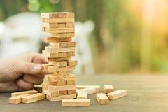 Os blocos de madeira empilham o jogo, o planeamento, o risco e a estratégia, conceito do fundo do negócio Fotos de Stock Royalty Free