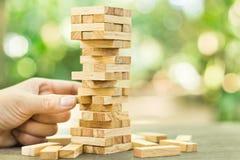 Os blocos de madeira empilham o jogo, o planeamento, o risco e a estratégia, conceito do fundo do negócio Fotografia de Stock Royalty Free