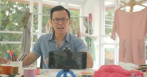 Os bloggers novos dos desenhadores de moda estão gravando o vídeo tutorial vivo no telefone esperto video estoque