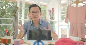 Os bloggers novos dos desenhadores de moda estão gravando o vídeo tutorial vivo no telefone esperto filme
