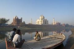 Os boatmans indianos prestam atenção ao Taj espectacular Mahal Fotos de Stock Royalty Free