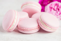 Os bolinhos de amêndoa cor-de-rosa delicados com aumentaram Imagem de Stock