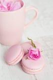 Os bolinhos de amêndoa cor-de-rosa delicados com aumentaram Fotografia de Stock