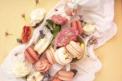 Os bolinhos de amêndoa cor-de-rosa e brancos endurecem com as flores em botão grandes e pequenas AR Foto de Stock