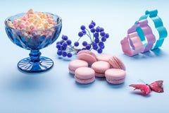 Os bolinhos de amêndoa cor-de-rosa endurecem com os marshmallows macios coloridos no vaso azul foto de stock royalty free