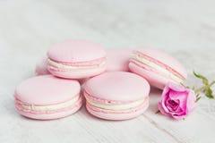 Os bolinhos de amêndoa do rosa pastel com aumentaram Imagem de Stock Royalty Free