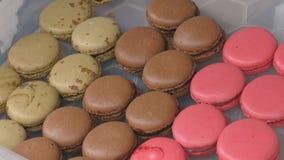Os bolinhos de amêndoa são cookies coloridas video estoque