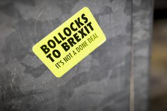 Os Bollocks amarelos luminosos à etiqueta de Brexit colaram em um cargo da lâmpada fotografia de stock royalty free