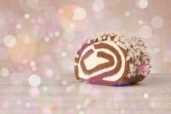 Os bolos caseiros saborosos deliciosos com bokeh iluminam o fundo Imagens de Stock Royalty Free