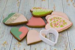 Os bolos cor-de-rosa e coloridos do pão-de-espécie e de mel e as cookies coração-dadas forma encontram-se em uma pilha desarrumad imagens de stock