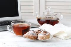 Os bolos de Apple com o copo do chá gostam da flor Imagem de Stock Royalty Free
