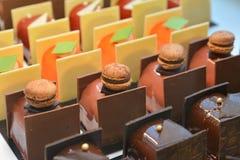 Os bolos de chocolate indicam sobre uma loja dos confeitos em França Imagem de Stock