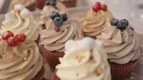 Os bolos deliciosos com porcas e bagas fecham-se acima, rafrescamentos do casamento filme