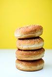 Os bolos do hamburguer no fundo branco e amarelo Imagens de Stock