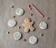 Os bolos do Natal estão no papel de cozimento Pirulito listrado imagem de stock royalty free