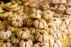 Os bolos doces árabes das pastelarias empilharam a padaria Imagens de Stock