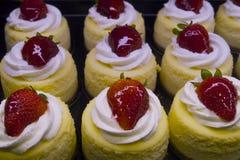 Os bolos doces do creme da morango fazem cores vibrantes e o petisco saboroso no mercado da ilha de Vancouvers Grandville Fotografia de Stock