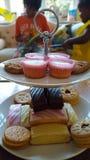 Os bolos e os biscoitos em um ` s das crianças party Fotografia de Stock