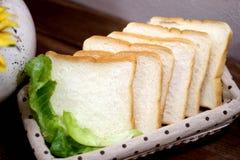 Os bolos em uma cesta Foto de Stock Royalty Free