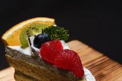 Os bolos frescos do leite e uma variedade de frutos que são decorados belamente, olham atrativos imagens de stock royalty free