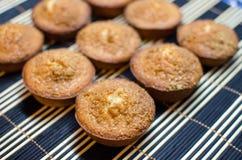 Os bolos redondos pequenos decorados com caramell shredded amendoins Imagem de Stock