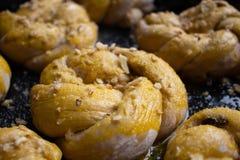 Os bolos saborosos caseiros com porca polvilham Pastelaria com pastelarias caseiros Cookies e queques caseiros de cozimento com p fotografia de stock royalty free