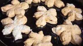 Os bolos saborosos caseiros com porca polvilham Pastelaria com pastelarias caseiros Cookies e queques caseiros de cozimento com p imagens de stock royalty free