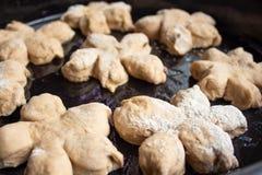 Os bolos saborosos caseiros com porca polvilham Pastelaria com pastelarias caseiros Cookies e queques caseiros de cozimento com p foto de stock royalty free