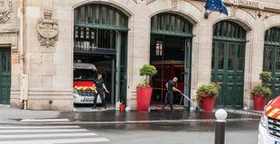 Os bombeiros de Paris limpam sua estação Foto de Stock