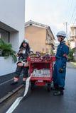 Os bombeiros preparam o extintor durante o alarme de incêndio em Kyoto Japão o 14 de julho de 2016 Fotos de Stock Royalty Free