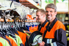 Os bombeiros preparam-se para a chamada de emergência seguinte Fotografia de Stock Royalty Free