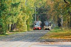 Os bondes 71-619KT e 71-619A no outono estacionam em Moscou Foto de Stock