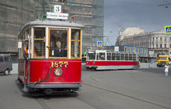 Os bondes velhos chegam no local de encontro da parada de veículos do vintage St Petersburg Imagens de Stock Royalty Free