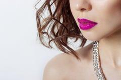 Os bordos da menina sensual 'sexy' bonita grande com batom cor-de-rosa brilhante, fotografia da forma da beleza Fotografia de Stock Royalty Free