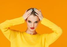 Os bordos vermelhos da mulher colorida da composição na roupa amarela no fundo feliz da forma do verão da cor manicured pregos fotografia de stock royalty free