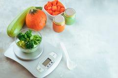 Os brócolis congelados para o bebê seduzem primeiramente na escala da cozinha foto de stock